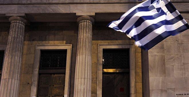 FT: Αγώνα δρόμου δίνουν οι εταίροι για να μην υπάρξει κούρεμα στις ελληνικές τράπεζες